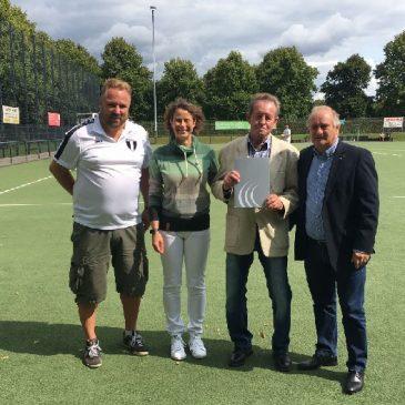 Günter Drinhausen erhält DFB-Verdienstnadel